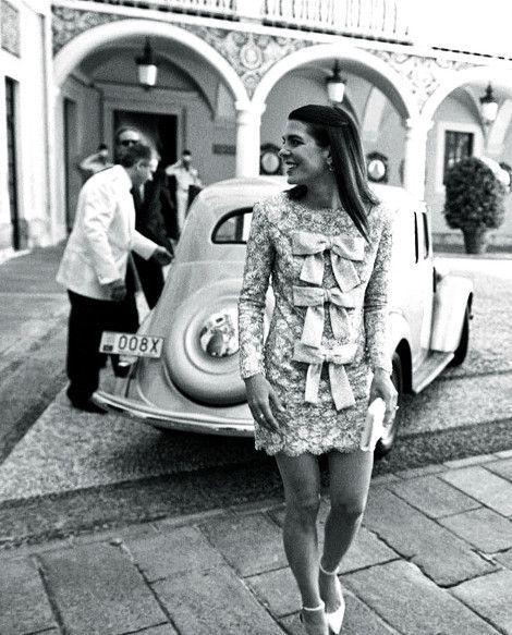 Arrivée vintage : Charlotte vient d'être conduite au palais par ses frères dans une berline de collection.