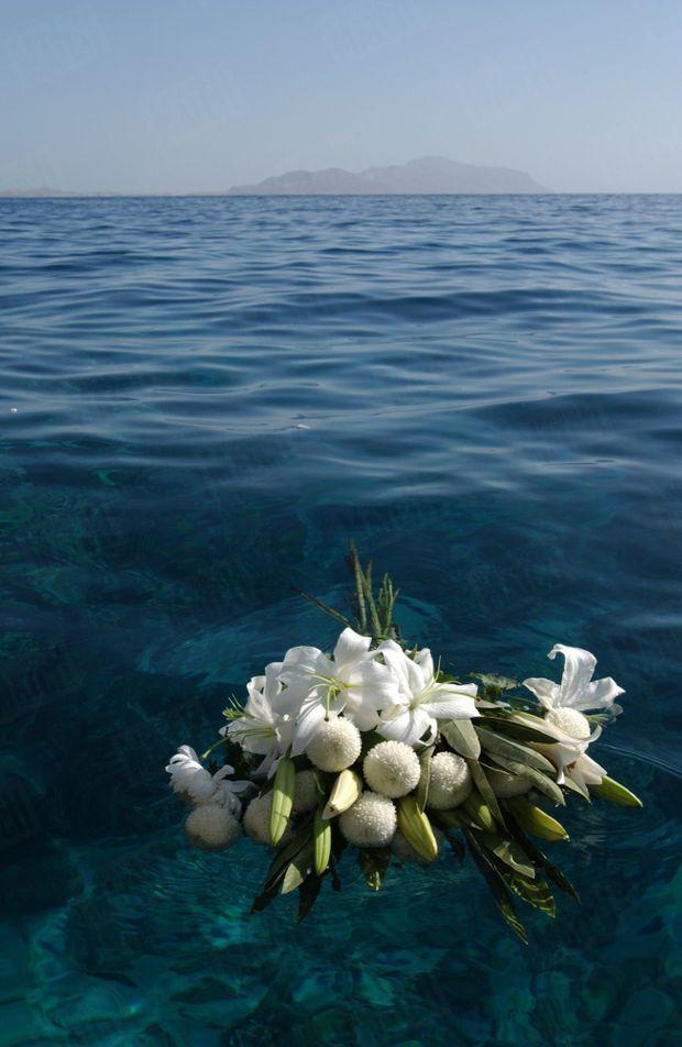 Une couronne de fleurs blanches jetée dans la Mer Rouge, en souvenir des 148 morts du crash du Boeing 737 de Flah Airlines au large de Charm el-Cheik.