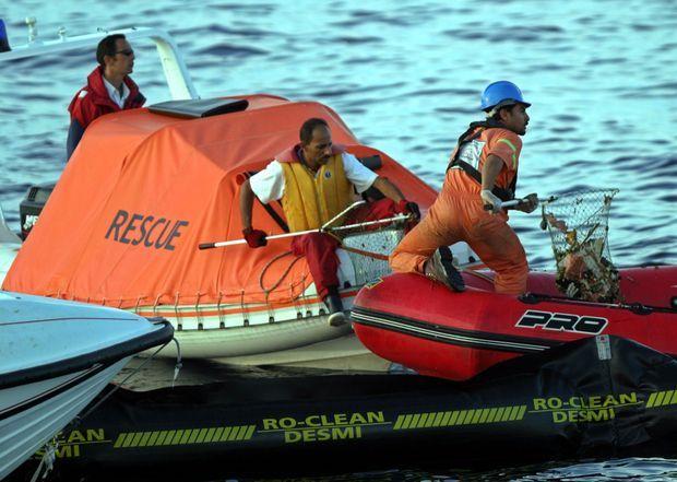 « Une pêche infernale commence pour ces marins qui travaillent à l'épuisette. La zone où l'avion s'est écrasé est particulièrement accidentée et les profondeurs peuvent brusquement varier de quelques dizaines de mètres à plus d'un millier. Située en pleine faille tectonique, elle est traversée de courants contradictoires qui dispersent les débris dans les endroits les plus imprévisibles. Chaque matin, les plagistes s'appliquent à inspecter les rivages. Les enregistrements radar de la tour de contrôle comme les témoignages des membres de la force multinationale du Sinaï, chargée d'observer le respect des accords de paix entre l'Egypte et Israël, établissent que l'avion n'a pas explosé en vol. Il s'est sans doute disloqué au moment où il a heurté la surface de la mer quelques minutes après un décollage sans problèmes apparents. » - Paris Match n°2851, 8 janvier 2004.