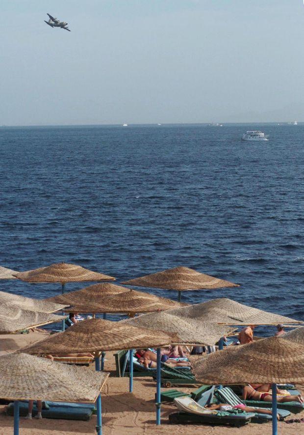 « Hier encore, ils étaient sur cette plage devenue un cimetière marin. Un avion militaire égyptien Hercule patrouille dans le ciel bleu à la recherche de débris, devant les matelas de plage où les victimes ont passé leurs derniers jours de bonheur. » - Paris Match n°2851, 8 janvier 2004.