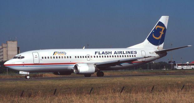 Un Boeing 737 de la compagnie Flash air sur le tarmac de l'aéroport Charles de Gaulle de Paris, en juillet 2002.