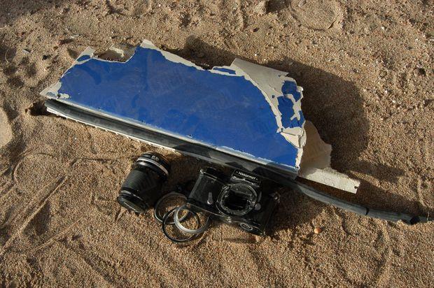 « La pellicule inachevée est restée dans l'appareil photo, un Nikkormat. L'avion, avec à son bord 135 passagers et 13 membres d'équipage, s'est écrasé dans la mer Rouge. Quelques heures après le crash, le Nikkormat est venu s'échouer sur une plage de Charm el-Cheikh, avec du matériel de plongée et des débris de carlingue. » - Paris Match n°2851, 15 janvier 2004.
