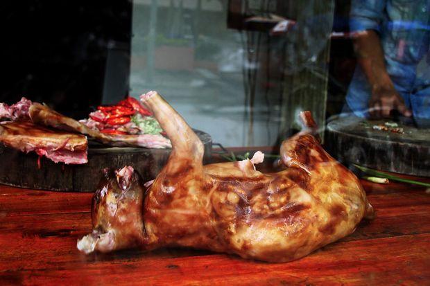 De la viande de chat rôti dans une échoppe au Vietnam.