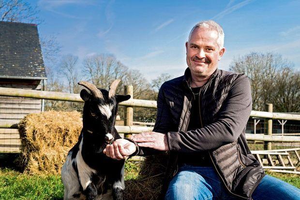 Chèvres, vaches, poules, ânes… Au total, une centaine d'animaux sont recueillis au refuge Groin Groin où s'est rendu Martial, aujourd'hui consultant en sécurité alimentaire.