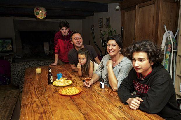 Chez Gwenola (en top gris clair), 46 ans, à Guilers (Finistère). A table avec ses enfants, Quentin (à g.), 18 ans, Jean (à dr.), 14 ans, et Maïssa, 6 ans, sa fille avec Stéphane, 47 ans.