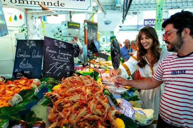 Chez le poissonnier de Saint-Georges-de-Didonne, elle choisit langoustines et gambas.
