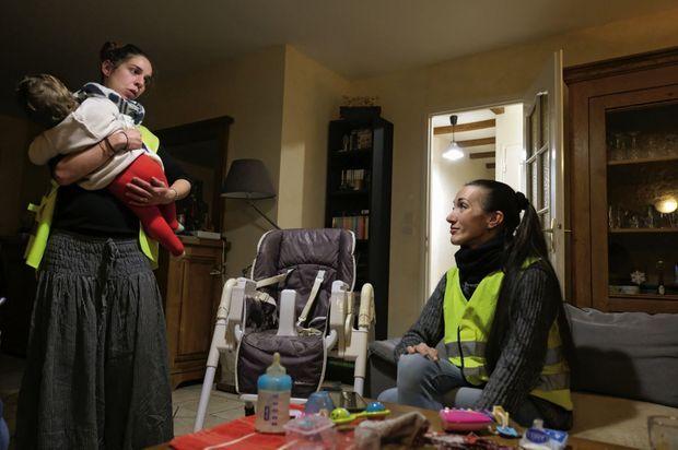 Chez Vanessa, à Villeblevin (Yonne). Avec sa fille Charlotte, 1 an, et Gwenaëlle, avant de partir pour un rond-point, vendredi 30 novembre