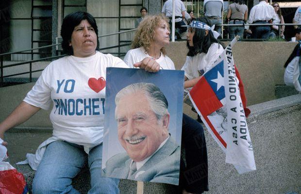 Contre manifestation de soutien à Pinochet, à Santiago du Chili, après la libération par les autorités britanniques du général en raison de son état de santé, en mars 2000.