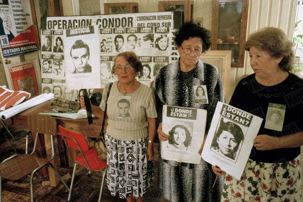 Trois mères posent avec les portraits de leurs enfants disparus sous la dictature de Pinochet, lors des manifestations à Santiago du Chili, après la libération par les autorités britanniques du général, en raison de son état de santé, en mars 2000.