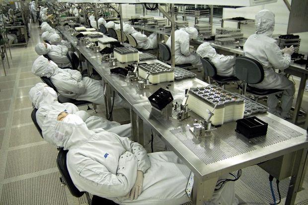 Dix minutes de repos, deux fois par jour : pour ces ouvriers d'une usine de composants électroniques, à Dongguan (Guangdong), pas question de sauter la sieste, un art national extrêmement prisé.