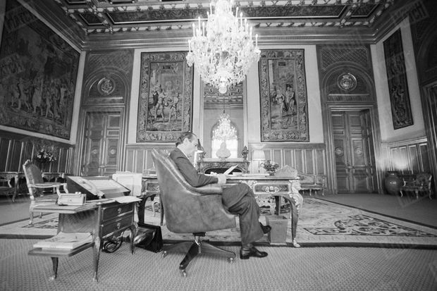 Jacques Chirac à son bureau, le 10 février 1980 à l'Hôtel de Ville.