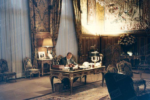 Lundi 6 novembre 1994. Jacques Chirac vient d'annoncer qu'il est candidat à l'élection présidentielle 1995. Le maire de Paris reçoit Match dans son bureau de l'hôtel de Ville, où il travaille à la rédaction de son programme électoral.
