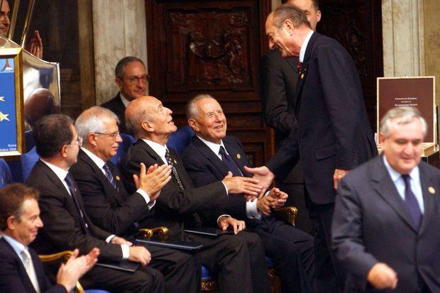 Jacques Chirac serre la main de Valéry Giscard d'Estaing, le 29 octobre 2004, après la signature du traité établissant une constitution pour l'Europe à Rome.