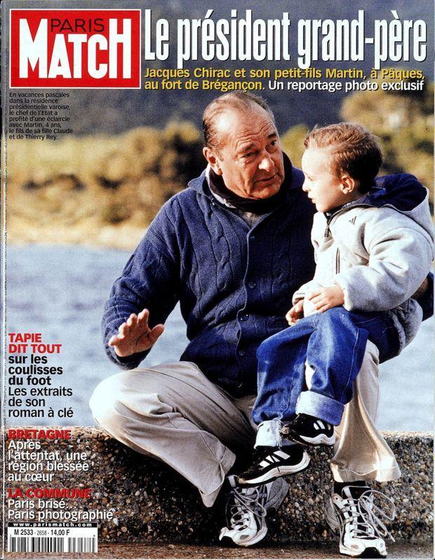 Jacques Chirac le président grand-père avec son petit-fils Martin, en couverture de Paris Match n°2658, daté du 4 mai 2000.