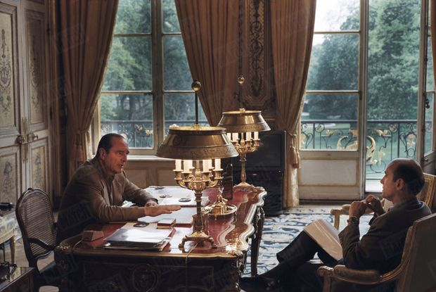 """""""L'un a le geste clair et l'autre l'écoute attentive. Entre eux, une statue précolombienne, symbole de l'énergie et de la sagesse. Dans son bureau, au centre du palais de l'Elysée, Jacques Chirac a réinstallé la table traditionnelle de travail style Louis XV des présidents de la Ve République, à laquelle Mitterrand avait préféré un meuble moderne du designer français Paulin."""" - Paris Match n°2451, 16 mai 1996"""