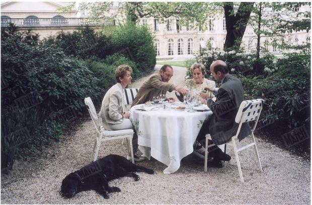 """""""C'est Bernadette Chirac elle-même qui a dressé la table du dîner offert, samedi 27 avril, par le couple présidentiel au Premier ministre et à sa femme. Le menu était aussi simple que la décoration : salade et brochettes accompagnées de vin rouge."""" - Paris Match n°2451, 16 mai 1996"""