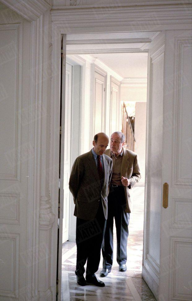 Jacques Chirac et Alain Juppé dans les couloirs de l'Elysée, le 27 avril 1996.