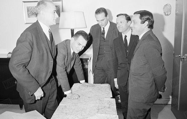 «Conseil de guerre : Dannaud, Charbonnel, Chirac, Mazeaud, Binet.» - Paris Match n°929, 28 janvier 1959
