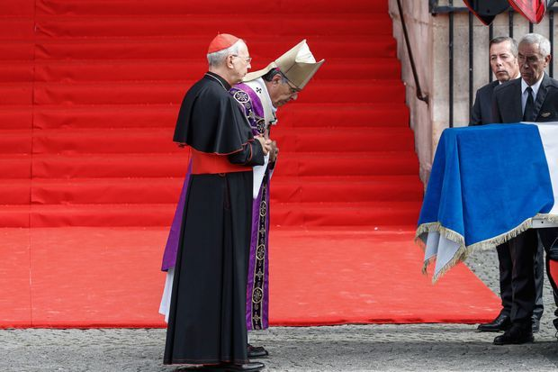Le cardinal français Dominique Mamberti, le légat du pape et Mgr Michel Aupetit, l'archevêque de Paris, bénissent le cercueil.