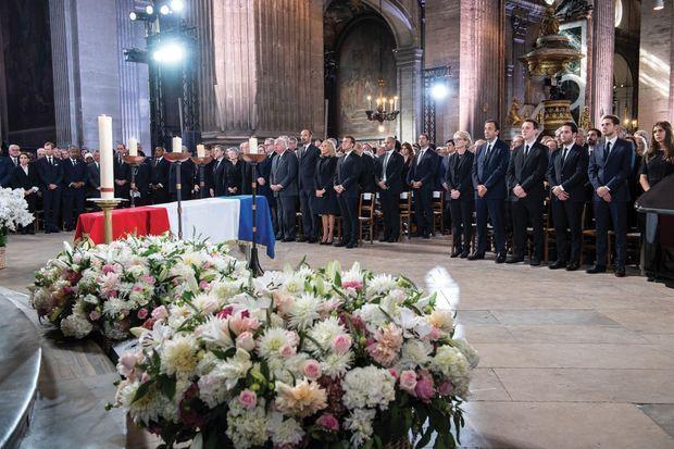 A son arrivée à l'église, Emmanuel Macron salue Claude Chirac, Frédéric Salat-Baroux et Martin Rey-Chirac.