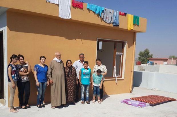 Dimanche 10 août à Erbil : toute une famille réfugiée sur un toit, par 45°C. Au centre, Sabiha, 72 ans.