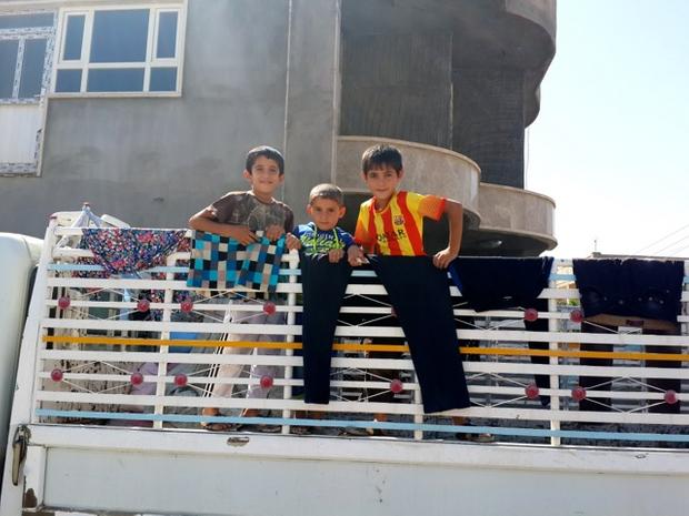 A Erbil, lundi 11 août, des enfants réfugiés sur une terrasse d'immeuble. Il faut chaque jour laver le peu de vêtements emportés.