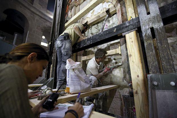 Prise des mesures après l'enlèvement des dalles de marbre recouvrant les murs de l'édicule.