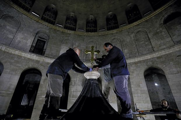 Installation d'une croix byzantine au faîte de l'édifice. Elle ne fait pas l'unanimité parmi les Eglises.
