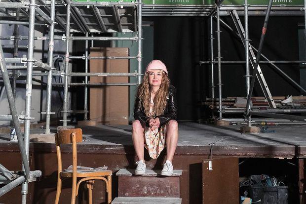 Christelle, sur la scène pendant les travaux.