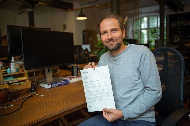 Christian Kroll a fondé Ecosia en 2009. Ici en octobre 2018, à Berlin, il pose avec une lettre de proposition de rachat de la forêt de Hambach, promise à la destruction par une mine de charbon voisine.