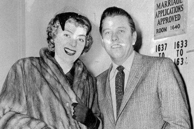 Christine Jorgensen et son fiancé Howard J. Knox, en 1959. Ils n'ont pu se marier car ils n'ont pas obtenu de licence de mariage.