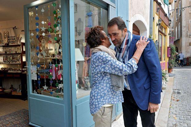 Dans les rues de Forcalquier, Christophe Castaner fait son tour des commerçants.