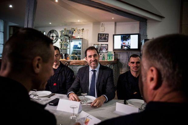 Christophe Castaner déjeune avec les pompiers de la caserne Rousseau, à Paris, lundi.
