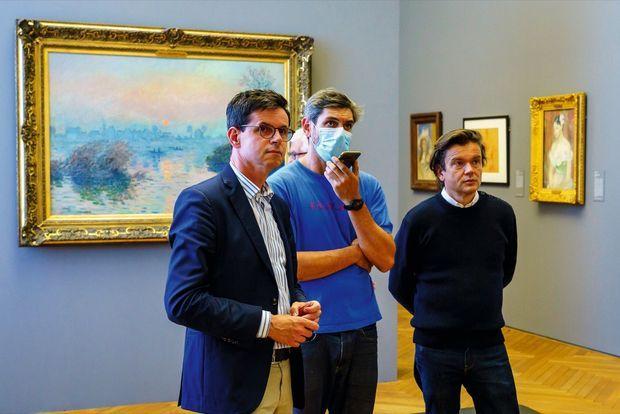 Christophe Leribault, directeur du Petit Palais, Julien Longbray, responsable de la régie de l'exposition, et Jean-Michel Othoniel. Devant des toiles impressionnistes de la collection permanente, le 22 septembre