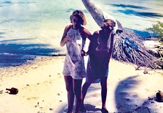 Ci-dessous, les soeurs Massenet (Ariane est à g.) en 1986, à Tahiti.