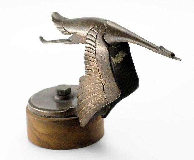 Un exemplaire original de la célèbre Cigogne qui ornait le capot des Hispano-Suiza.