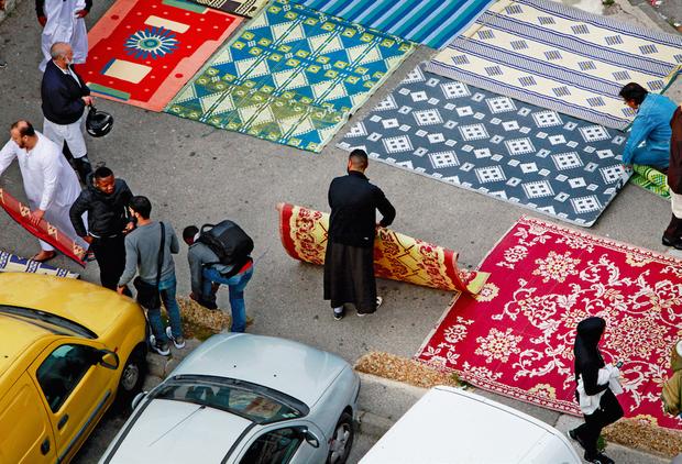 Cité des Bleuets. Installation des tapis pour la prière du vendredi à 13 heures, sur le parking de la cité.