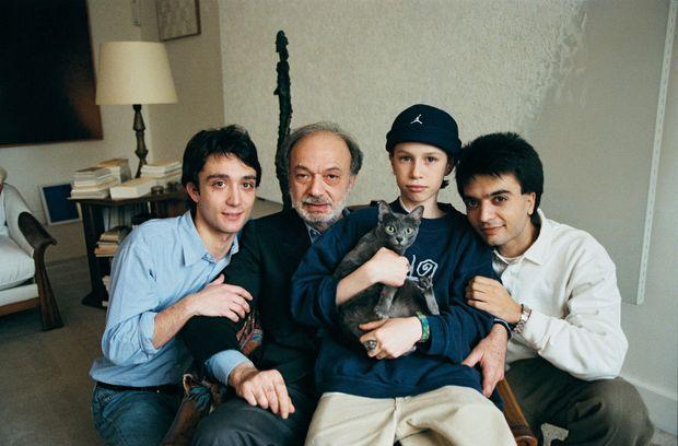 Claude Berri dans son appartement-galerie à Paris en avril 1998, entouré de ses fils. De g. à dr. : Julien Rassam, Darius et Thomas Langmann.