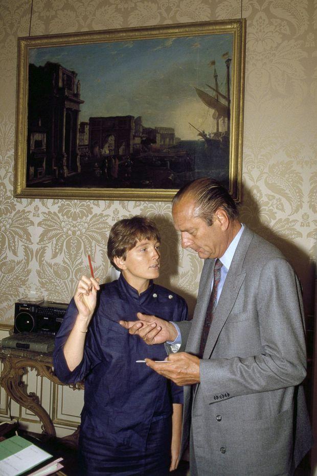 Claude Chirac auprès de son père Jacques Chirac, Premier ministre, à l'Hôtel Matignon le 27 août 1987.