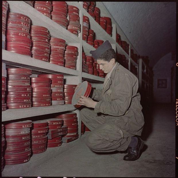 Claude Lelouch en 1958, conscrit, dans les archives du fort d'Ivry. Durant son service, il a tourné « La guerre du silence », un de ses premiers films.