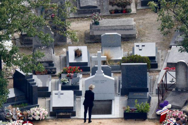 Claude Chirac se recueille devant la tombe son père, au cimetière du Montparnasse, à Paris, le lundi 30 septembre 2019.