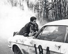 Sanglé sur le capot de la Mustang, Lelouch a pris tous les risques pour capter la vie et la passion de ce couple de légende.