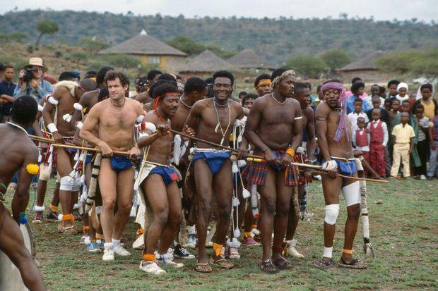 Johnny Clegg avec le groupe de danse Chunu Umzansi, à l'école primaire Kwazenele de Keate's Drift, dans la province du KwaZulu-Natal en Afrique du Sud, en décembre 1986.