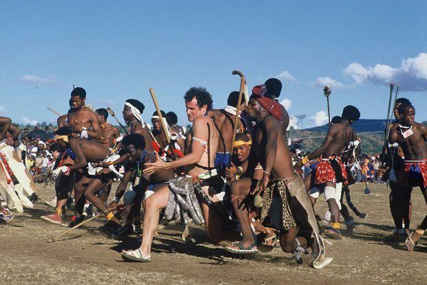 """Johnny Clegg, lors de sa cérémonie """"zoulou"""" de mariage avec Jennifer Barlett en Afrique du Sud, en février 1988."""