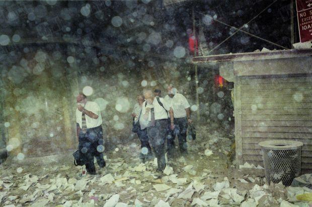 Des hommes d'affaires suffocants ont pu évacuer à temps la tour dans laquelle ils travaillaient vraisemblablement. Ils s'efforcent de fuir les lieux, tout de suite après l'effondrement.