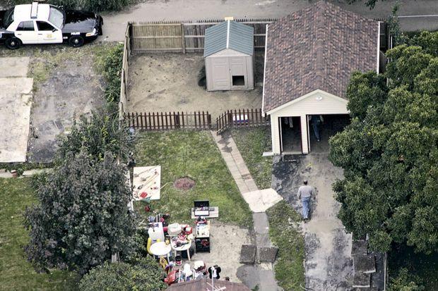 Le 22 septembre 2006, la police perquisitionne un garage du quartier, à la recherche de Gina DeJesus. Elle est retenue à moins de 2 kilomètres.