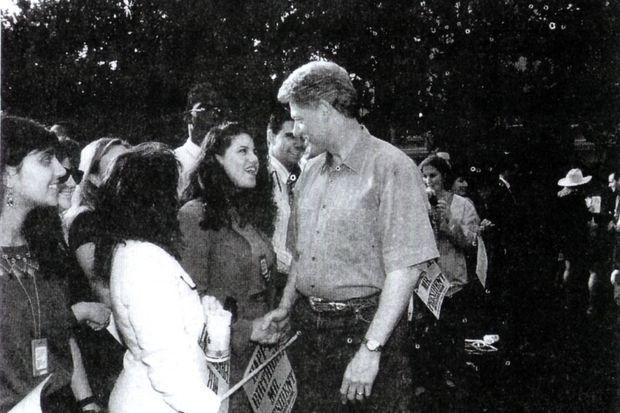 """""""Une poignée de main toute simple, un banal échange de sourires. Il n'en faut pas davantage, le 10 août 1995, pour que basculent deux destins. Une fête a été improvisée pour le 49 anniversaire de Bill Clinton. Monica, jeune diplômée en psychologie qui effectue depuis un mois un stage à la Maison Blanche, est tombée la veille sous le charme du président, quand leurs regards se sont croisés pour la première fois. Aujourd'hui, elle s'est glissée au tout premier rang des convives. Il la dévore des yeux, elle semble en adoration. Ce trouble partagé passe inaperçu. Qui soupçonnerait que le chef de l'Etat va bientôt devenir 'Handsome' ('Bel Homme'), 'Président Kiddo' ('président gamin') ou même 'Gros Dégoûtant' pour l'humble stagiaire ? Pendant plus de deux ans, seuls les agents des services secrets remarqueront, amusés, que le président quitte discrètement son bureau dès que Monica arrive à la Maison-Blanche."""" - Paris Match n°2598, 11 mars 1999."""
