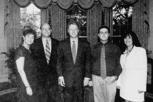 """""""Une innocente photo de famille avec le président... Ce 14 juin 1996, Monica a du mal à cacher sa fierté. Sa liaison avec Bill Clinton a commencé il y a presque un an. Quand sa famille vient lui rendre visite à Washington, elle organise une visite à la Maison Blanche, ainsi qu'une courte rencontre et une photo avec le président. Bernard Lewinsky n'en revient pas : Bill Clinton connaît sa fille, il est plein d'attentions envers elle, il lui adresse même des compliments... En quelques minutes, toute la famille tombe sous le charme présidentiel. À la fin de la visite, Barbara, la belle-mère de Monica, murmure à la jeune fille : « Tu as un ticket avec le président... il n'arrête pas de te regarder.» Monica affiche un grand sourire, mais garde le silence : son histoire est déjà une affaire d'Etat."""" - Paris Match n°2598, 11 mars 1999."""