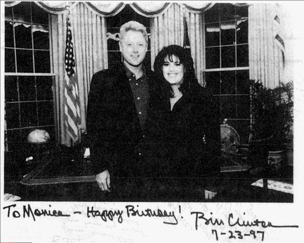 """""""En février 1997, la liaison de Bill Clinton et Monica est presque sans nuages... Il lui fait des cadeaux et accepte de poser avec elle dans le bureau Ovale."""" - Paris Match n°2598, 11 mars 1999."""