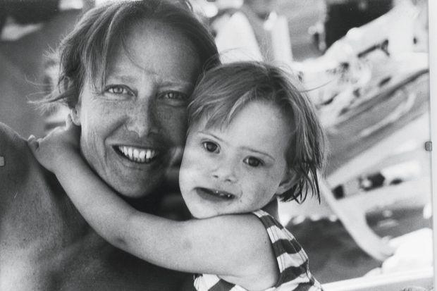 Julia dans les bras de sa mère, en août 2001.
